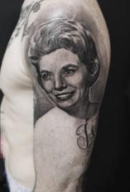 男生手臂上黑灰色素描与点刺技巧人物肖像纹身图片