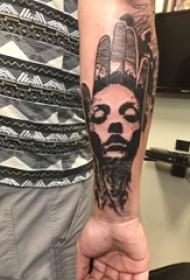 男生手臂上黑色点刺简单线条手部和人物肖像纹身图片