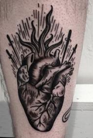 男生大腿上黑灰素描点刺技巧文艺心脏纹身图片