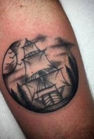 纹身小帆船 男生手臂上黑色纹身小帆船图片