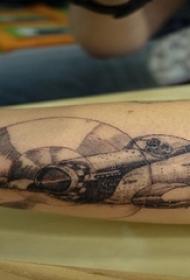 男生手臂上黑灰点刺几何简单线条飞机纹身图片