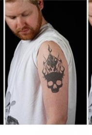 男生手臂上黑色轮廓电子纹身图片