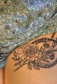 女生大腿上黑色点刺几何线条植物花朵纹身图片