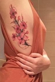 女生侧腰上彩绘渐变简单线条植物文艺花朵纹身图片