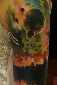 男生手臂上彩绘水彩创意落日星球风景纹身图片