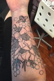 男生手臂上彩绘几何简单线条植物花朵纹身图片
