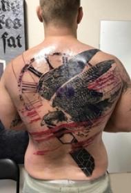老鹰纹身男生背部大面积老鹰纹身图片