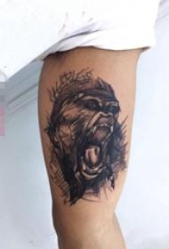 男生手臂上黑灰点刺技巧动物素描简单线条猩猩纹身图片