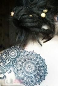 女生后背简约线条纹身花朵纹身图片