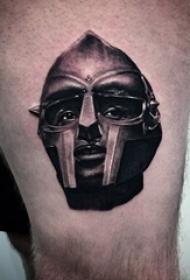 武士头盔纹身 男生大腿上黑色的武士头盔纹身图片