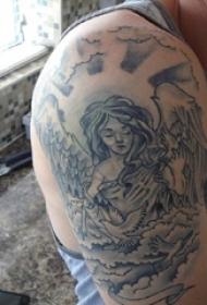 纹身守护天使 男生大臂上黑色的天寺纹身图片