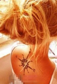 女生颈后黑色线条素描创意复古指南针纹身图片