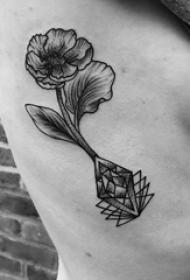 女生肋间黑灰素描几何元素创意唯美花朵纹身图片
