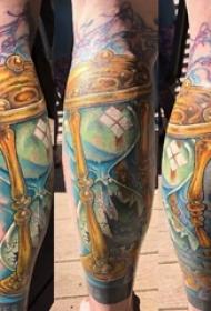 男生小腿上彩绘渐变创意沙漏纹身图片