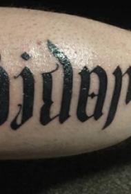 男生手臂上黑色线条素描创意花体英文纹身图片