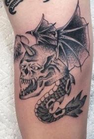 男生手臂上黑灰素描点刺技巧创意骷髅飞龙纹身图片