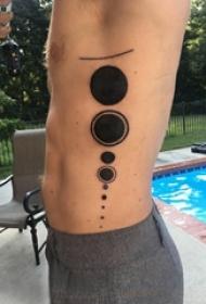纹身圆形 男生侧腰上黑色的圆形纹身图片