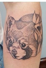 男生手臂上黑色点刺简单线条小动物纹身图片