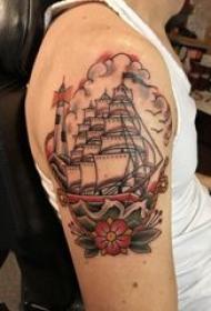 纹身小帆船 男生大臂上彩色的帆船纹身图片