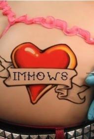 臀部时尚个性的红色心形字母纹身图案