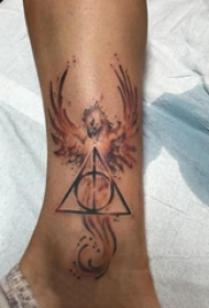 男生小腿上彩绘渐变几何抽象线条创意凤凰纹身图片