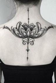 女生后背上黑色点刺抽象线条植物个性花朵纹身图片