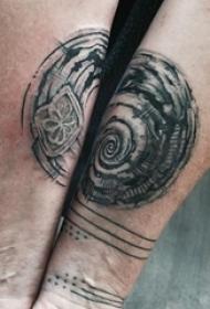 男生手臂上黑灰点刺几何线条图腾纹身图片
