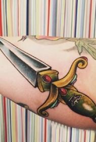 男生手臂上彩绘渐变几何简单线条匕首纹身图片