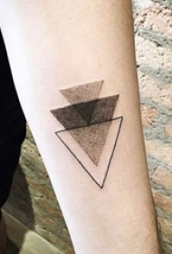 女生手臂上黑色点刺几何线条三角形纹身图片