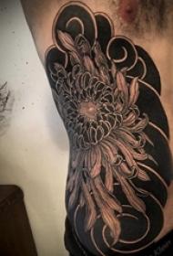 黑灰菊花纹身 男生侧肋上黑灰菊花纹身图片