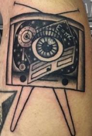 男生小腿上黑色点刺几何简单线条电视机纹身图片