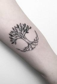 女生手臂上黑色线条创意文艺树纹身图片