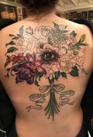 女生后背上彩绘渐变简单线条植物花束和眼睛纹身图片