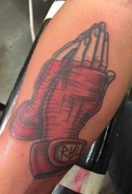 男生手臂上彩绘简单抽象线条祈祷之手纹身图片