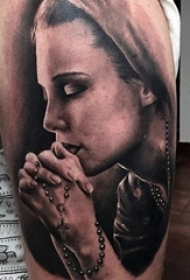 男生手臂上黑灰点刺技巧十字架和人物肖像纹身图片
