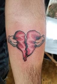 男生手臂上彩绘渐变简单线条撕裂心形纹身图片