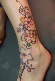 女生小腿上彩绘水彩素描创意唯美花朵纹身图片
