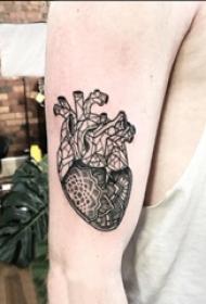 男生手臂上黑色点刺几何简单线条花朵和心脏纹身图片