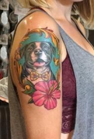 双大臂纹身 女生大臂上彩色花朵和小狗纹身图片