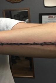 男生手臂上黑色素描创意精致箭纹身图片