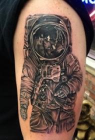 男生手臂上黑灰点刺简单抽象线条人物宇航员纹身图片