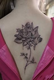 女生背部艺术玫瑰图案纹身