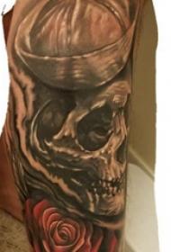 骷髅花朵纹身图案 男生手臂上骷髅花朵纹身图案