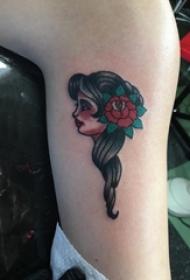 女生小腿上彩绘渐变简单线条植物花朵和人物纹身图片