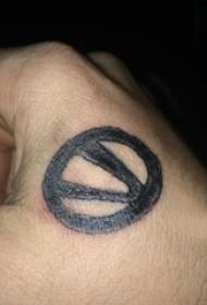 男生手背上黑色几何线条创意符号纹身图片
