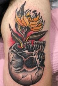 男生手臂上彩绘渐变简单线条植物花朵和骷髅纹身图片