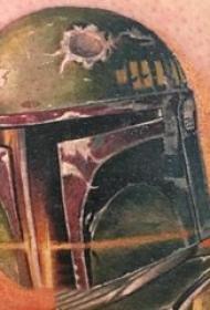 头盔纹身 男生大腿上彩色的头盔纹身图片