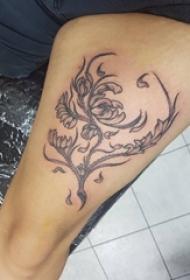 女生大腿上黑色线条素描文艺唯美精致花朵纹身图片