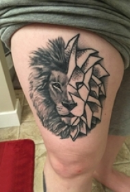 百乐动物纹身 男生大腿上拼接的狮子纹身图片