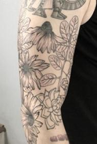 手臂简单线条纹身 男生手臂上黑色的花朵纹身图片